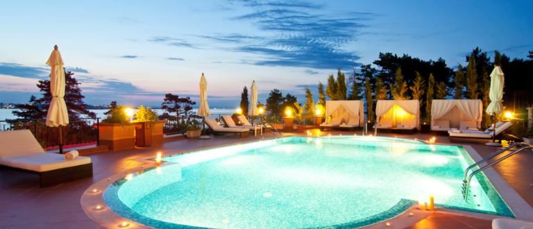 ¿Como conseguir una iluminación vistosa y segura en nuestra piscina?